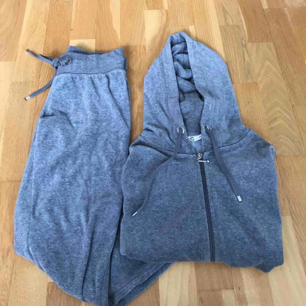 Säljer en grå velour mjukisdress från Cubus i bra skick. Storlek XS. Färgen i verkligheten liknar den andra bilden. ✨✨. Huvtröjor & Träningströjor.