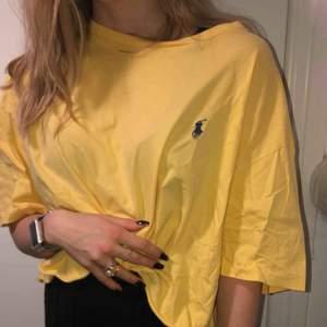 oversized gul cropped Ralph Lauren, köpt i England, passar både dam och herr, frakt tillkommer☺️