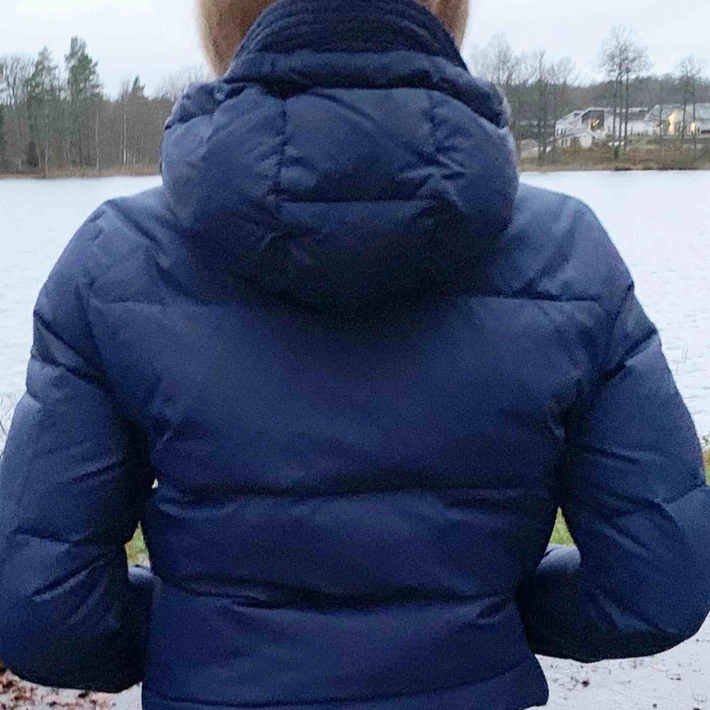 Jättesnygg Dbrand jacka i mörkblå. Jättebra skick. Bara använd i slutet av förra vintern.. Jackor.