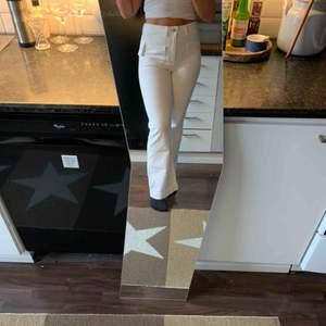 Vita jeans med fickor från Pimkie strl 38. Prislapp finns kvar. Frakt ingår 🥰