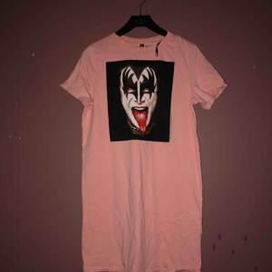 Snygg cool kiss t-shirt klänning säljs för att den är liten tyvärr, storlek S/XS🐍🌹