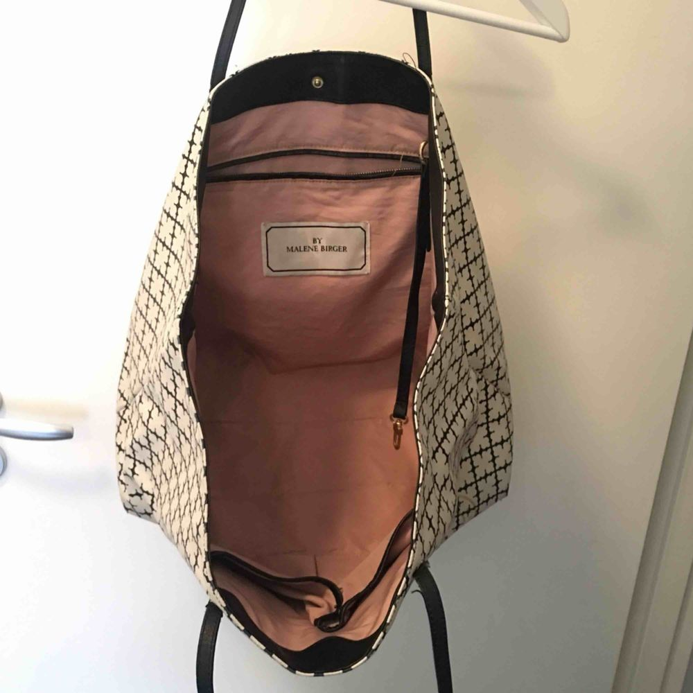 """Stor och rymlig väska från MALENE BIRGER.  Svart/vit i klassiska mönstret. Knappt använd och ändats små synliga kant """"skador"""" under ( SE BILD 3) . Accessoarer."""