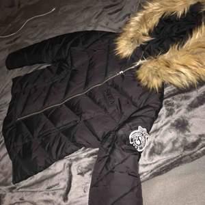 Vinterjacka från Svea som passar en tonåring, köptes detta året och är inte så mycket använd. Fusk pälsen ser fortfarande mjuk och fluffig ut precis som när jackan köptes. Jackan har inga hål elr märken, topp skick!