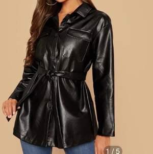 Säljer min super snygga skinn kappa som är från hm!! Storlek xs men passar även S.