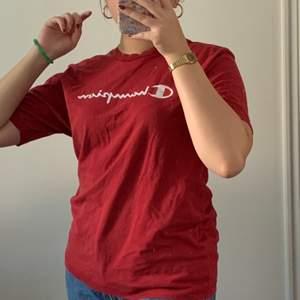 Röd champion T-shirt, använd 1 gång☺️