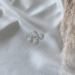 Solörhängen i silverfärg 🌞 nickelfria. Frakt 11 kr. Finns även i guldfärg. Finns flera stycken! Fler modeller på insta: moon.jwlry 🌙