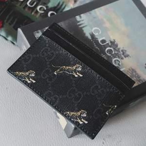 Gucci replika korthållare av galen kvalite! Snygg design med GG loggan och tigrar, kommer med dust bag och box. Helt oanvänd och med alla tillbehör som kom med. Säljer endast då jag köpte den av impuls 😅