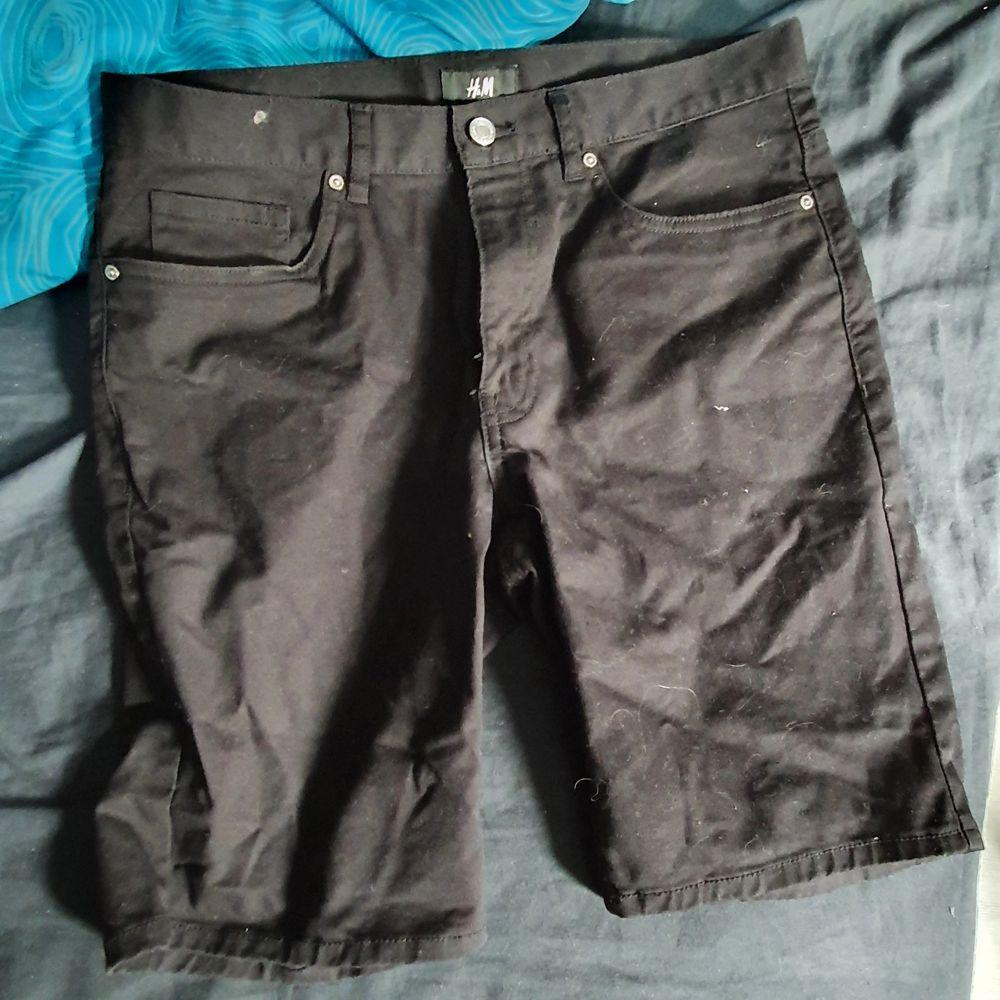 Svarta shorts från H&M i storlek 29.. Jeans & Byxor.