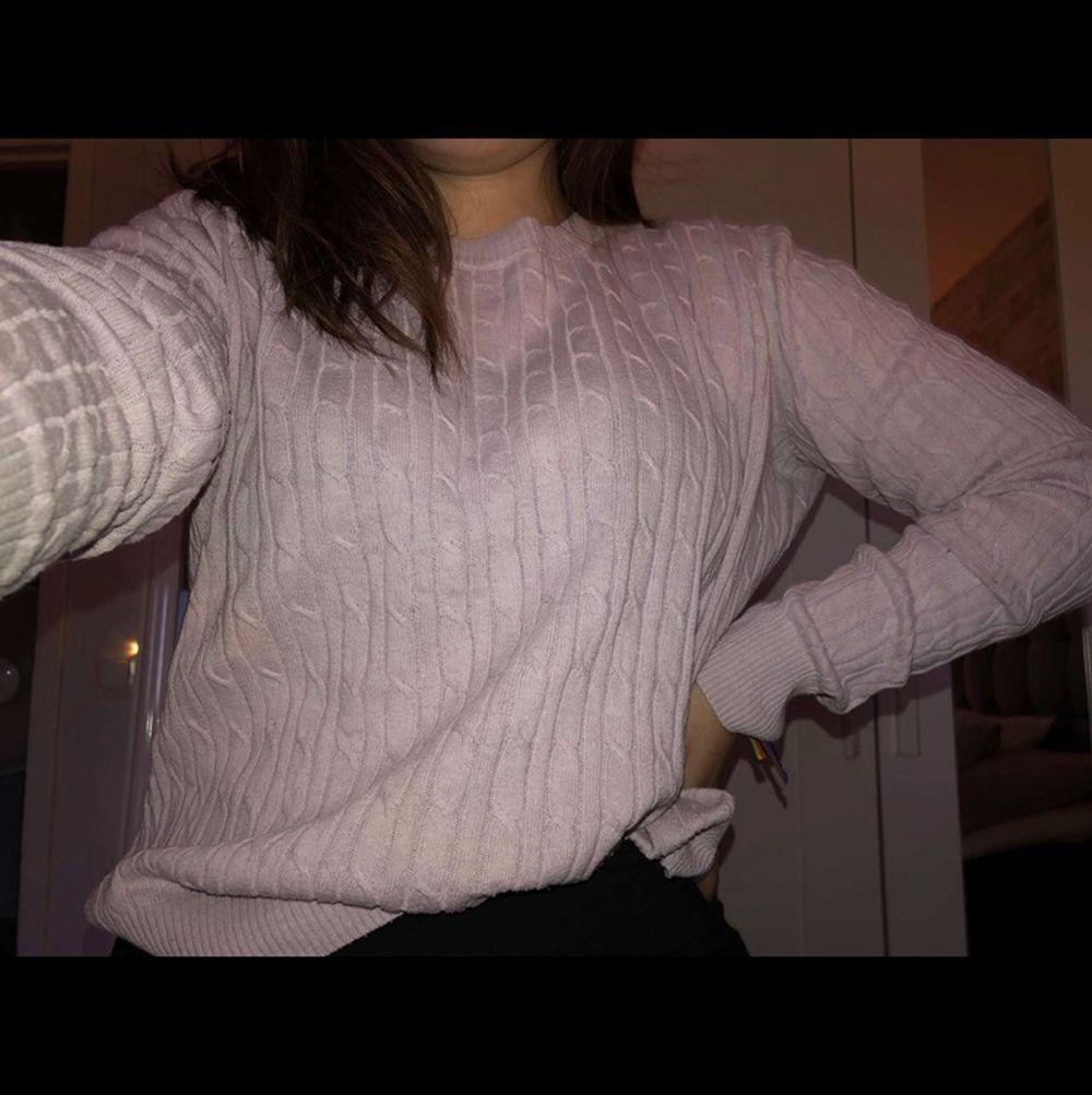 Säljer en superfin rosa stickad tröja! Jätte mysig att ha på kalla dagar🥰 säljer den eftersom den är för stor och därför inte kommer till användning🧸. Tröjor & Koftor.