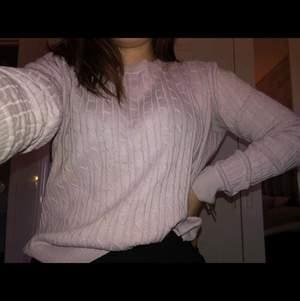 Säljer en superfin rosa stickad tröja! Jätte mysig att ha på kalla dagar🥰 säljer den eftersom den är för stor och därför inte kommer till användning🧸
