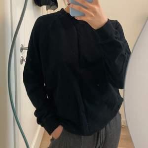 Bara en basic svart sweatshirt som passar till allt🖤 Kolla gärna in i min profil för flera snygga plagg😍