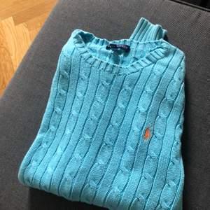Turkos tröja från ralph Lauren. Använd några gånger, bra skick. Säljs pga aldrig kommer till användning. Frakt ingår.