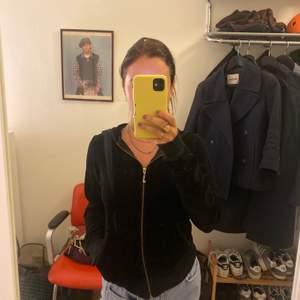 Svart hoodie i velour från juicy couture. Storlek M, liten i storleken som en S. Nypris ca 1199kr. 50kr frakt, kan mötas upp i Gbg