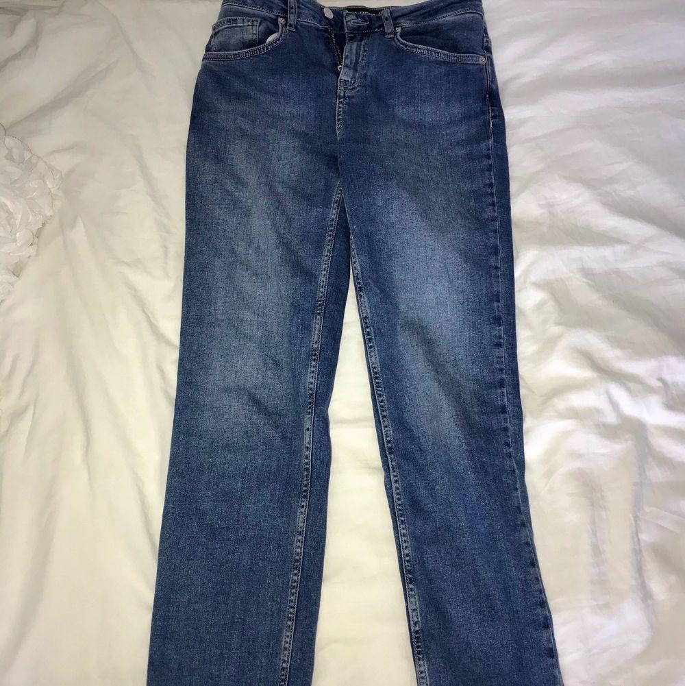 Jättefina och bekväma mörkblåa jeans i fint skick från denim rebel. I storlek 36. I mycket fint skick knappt använda. Frakt tillkommer som köparen står för. Vid frågor så är det bara att höra av sig. Priset går att diskutera.. Jeans & Byxor.