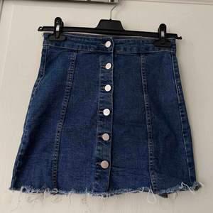 Säljer denna super fina kjolen från ginatricot. Verkligen en sån fin blå färg! Storlek 36.