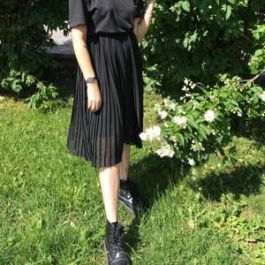 Plisserad svart kjol från NA-KD som tyvärr knappt blivit använd då jag inte tycker den passar min kroppsform. Fraktar mot kostnad 🍓