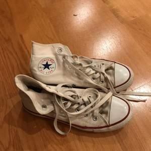 Vita höga Converse i storlek 38! I använt men bra skick!