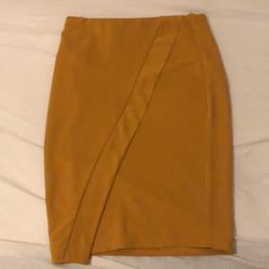 En gul/orange kjol väldigt stretchig går inte till användning längre