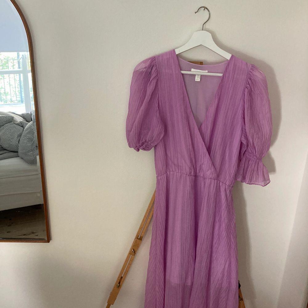 Lila oanvänd klänning från HM, slutsåld. Storlek 36 . Klänningar.