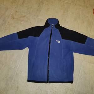 Vintage fleece från North face, bra skick förutom att innerfickorna har hål i sig. Bud från 250:-. Passar medium/small