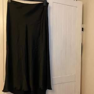 En oanvänd lång satin liknande kjol från zara i strl L. Prislappen sitter kvar och nypriset var 350❤️