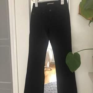 Svarta levis jeans i modellen bootcut, W25. Låg-mellan i midjan. Använda men är i fint skick! Köparen står för frakt. Har ni några frågor är det bara att höra av sig!