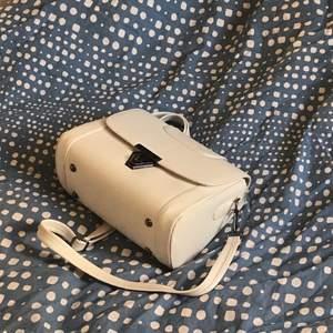 Vit handväska. Liten svart fläck finns (bild 3)💕.                             Frakt tillkommer på 40kr!!