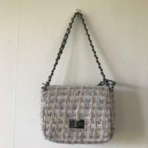Sommarfin väska som passar till alla tillfällen och går att göra lång och kort! Pris kan diskuteras. Frakt tillkommer. Fråga för mer bilder!🥰