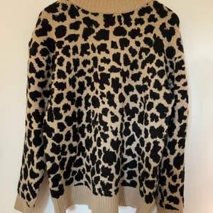Den populära stickade tröjan från NAKD med leopardmönster. Använder inte tröjan så mycket längre så någon annan kan få större användning av den än mig.