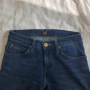 Utsvängda jeans från lee, storlek 25/31. Aldrig använda