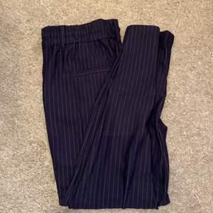 Mjuka kostymbyxor. Marinblåa med svaga vita sträck på. Kostymbyxa ficka där bak och även snörade. Köpta för 399kr och dom är aldrig använda endast testade. Storlek M och säljs för 299kr. Om fler är intresserade så vinner högst bud💓 säljer pga för små🥰