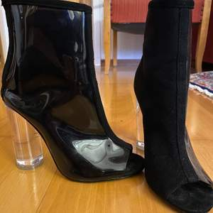 Mina absolut favorit stövlar, säljer då jag inte har så mycket användning utav dem. Genomskinligt klack och ena sidan utav skorna är också genomskinligt. Öppen tå. Frakt tillkommer