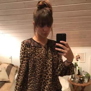 Plagget är i gott skick och i skönt material. Mycket sexig tröja med svart spets upptill och vid nedersta kanten. Och självklart sexigast av allt, leopardmönstret. Snygg passform och fint stuk på ärmarna.