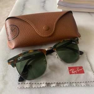 Säljer äkta Rayban solglasögon i modellen: Rayban rb3016 clubmaster 1159/4E. Köpta i en Rayban butik i Miami, enbart använda vid ett fåtal tillfällen. Säljes pga används ej.   Säljer för 850kr eller bud med rätt att neka.