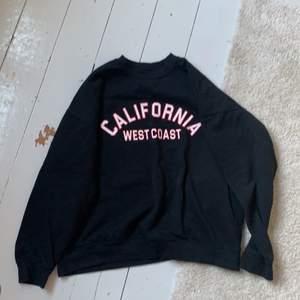 Säljer sweatshirt, kmr inte riktigt ihåg vart den är köpt, den är använd runt 4 ggnr, inte vintage