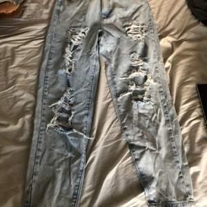 Säljer ett par oanvända jeans från Missguided Petite i storlek 38. Finns i skövde men kan skickas om köparen betalar frakten