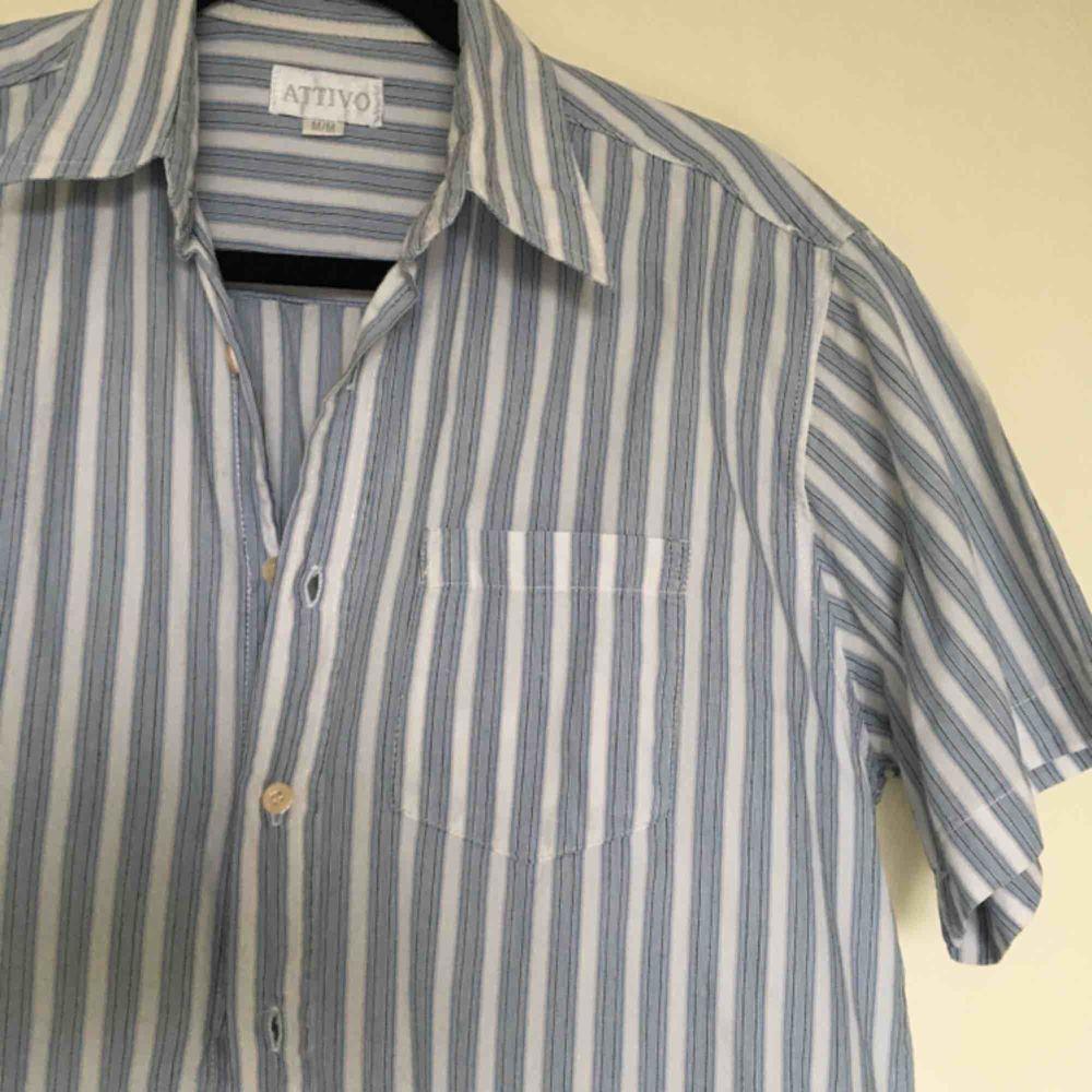Ljusblå-randig skjorta. Köpt Secondhand.💙 Bra skick. Frakt tillkommer. . Skjortor.