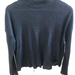 En svart långärmad tröja med lite krage. Använd några gånger. Enkel och fin. Storlek s. Från h&m. Lite nopprig efter tvätten. Köparen står för frakten.
