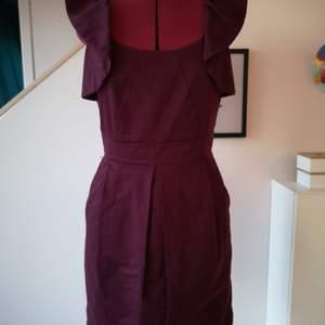 Warehouse klänning stl 12 i bra skick. Ej stretch så den kan upplevas aningen mindre.