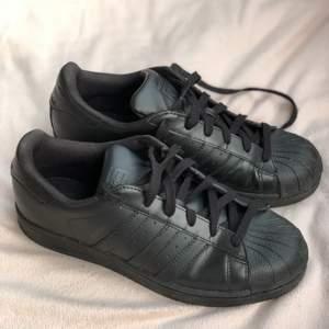 Adidas SUPERSTAR FOUNDATION i storlek 39. Använda ett fåtal gånger. Säljer på grund av fel storlek och de endast står och tar plats i garderoben🌸  Skriv gärna för fler bilder🌸 Eventuell frakt tillkommer🌸
