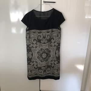 Säljer en superfin klänning från Mango. Hel och fin!