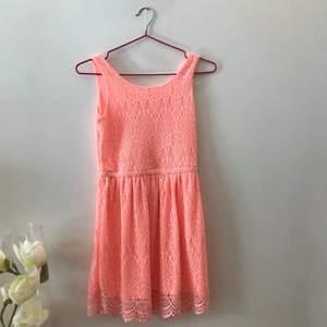 Fin klänning i en neon rosa nyans med otroligt fina detaljer🌸 Använd fåtal gånger - Bra skick!✨✨