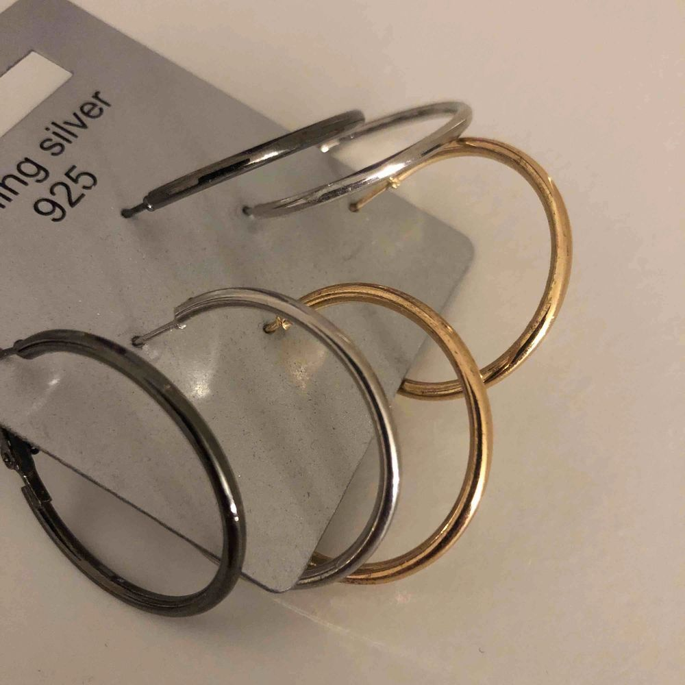 Oanvända örhängen från guldfynd. Alla i nytt skick och pris kan diskuteras. 3cm i diameter. . Accessoarer.