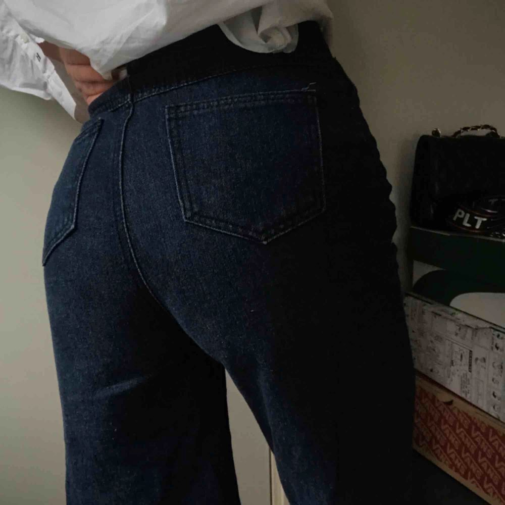 Jeans från plt, kommer med ett skärp men man kan ha sitt egna också, jättefina men kommer tyvär ej till användning. Köpta för 500 kr. Jeans & Byxor.
