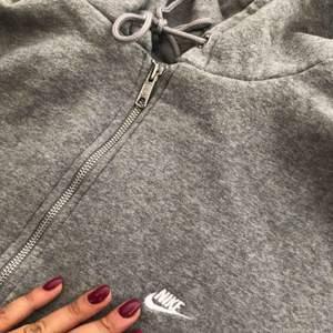 Grå oversized hoodie fr Nike.  Strl L men jag har använt den som oversized (har damstrl. 36/38) Cond. 7/10