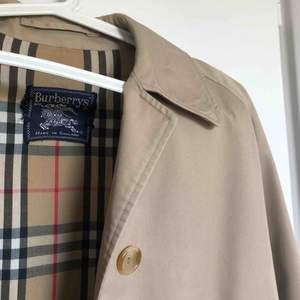 ÄKTA burberry kappa, köpt second hand för 1500, därav priset. Hittar ingen storlek men sitter jättebra på mig som är 1,65 och har vanligtvis S i kläder. Perfekt för nu till hösten:)