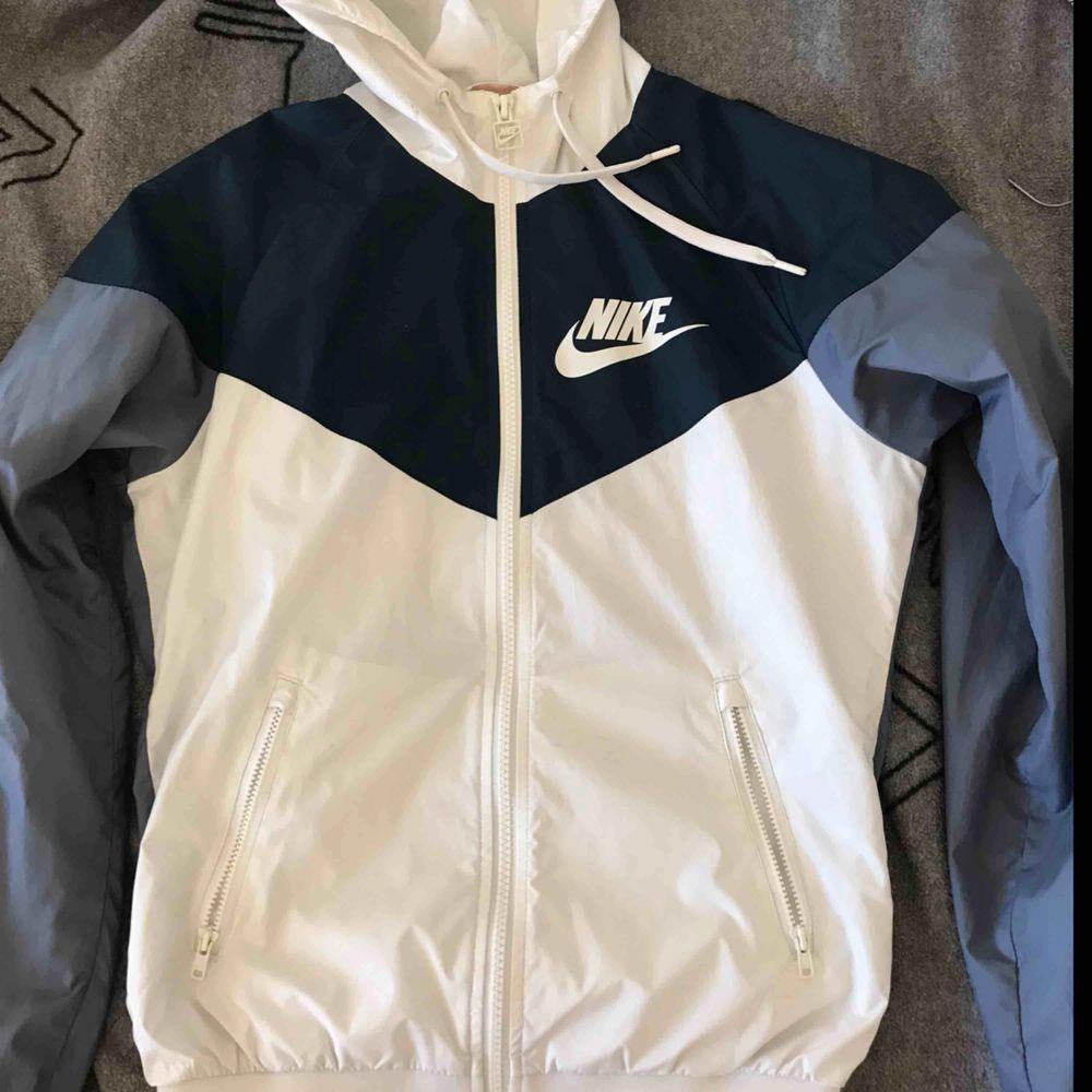 Vindjacka från Nike, väldigt fin men tyvärr för liten för mig. Passar S också om man inte har allt för stora bröst. 170kr . Jackor.