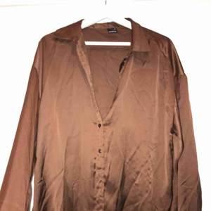 Perfekta mörkbruna skjortan, nyskick