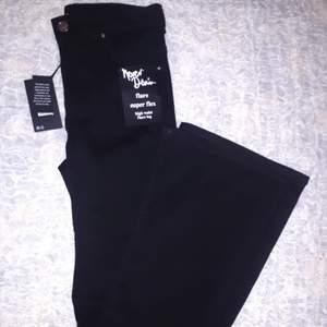 Säljer dom här jättefina och stretchiga jeansen i svart, eftersom jag tyvärr köpte en för liten storlek. Byxorna är i stl passar en S/M. Helt oanvända och köpta för 600kr. ❗Högsta budet ligger på 210kr❗