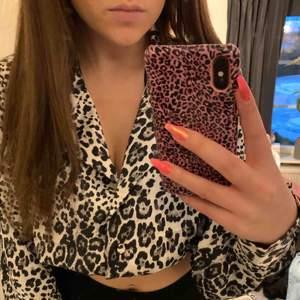 Leopard topp i silke, lite kortare och man kan justera urringningen med knappar. Jätte snygg men har tyvärr aldrig kommit till användning så är helt ny!